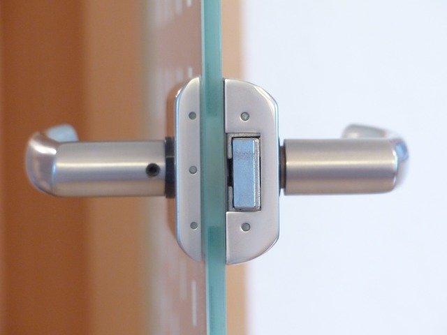 klika u skleněných dveří