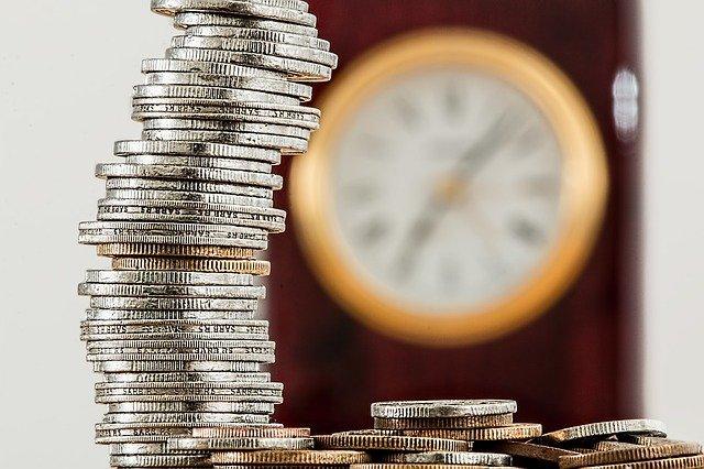 hodiny za mincemi