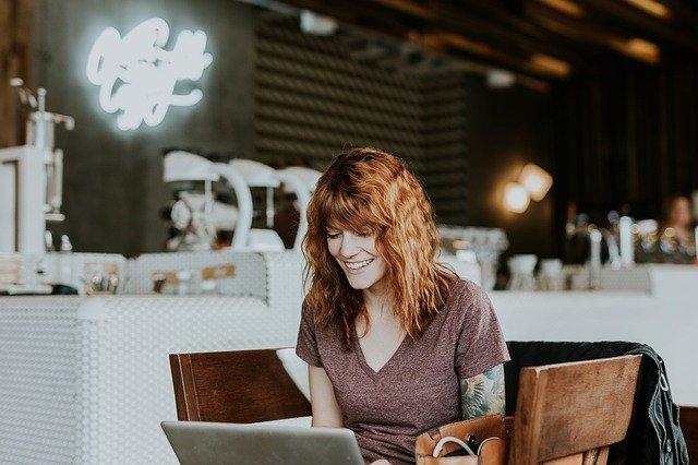 mladá žena v kavárně