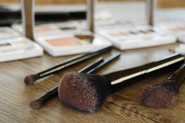 kosmetika na stole