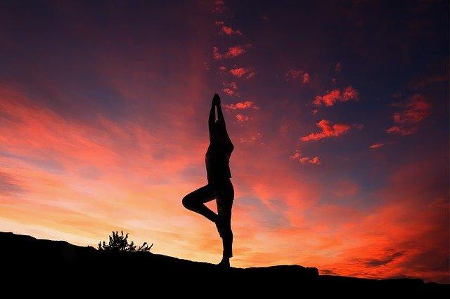jóga při západu slunce