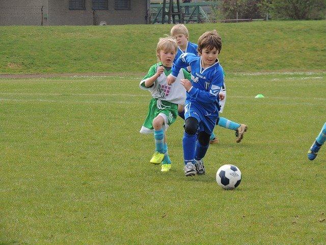 malí fotbalisté na hřišti
