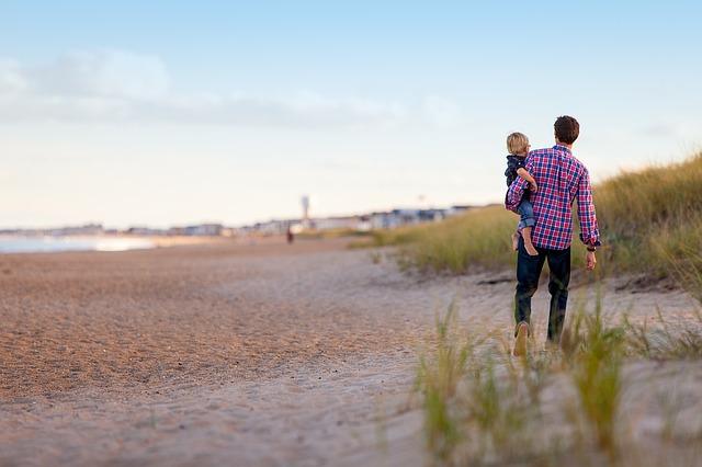 otec a syn na pláži