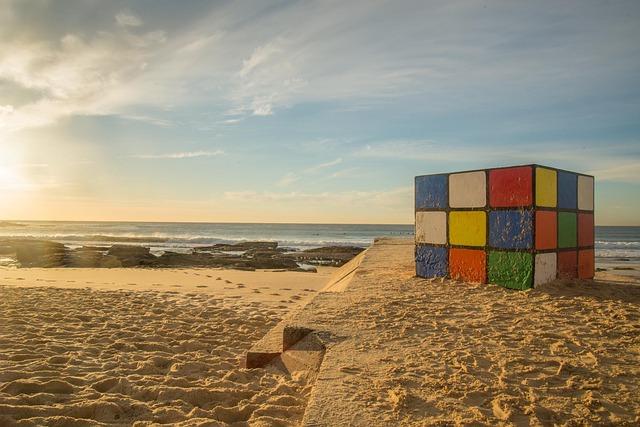 rubikova kostka na pláži