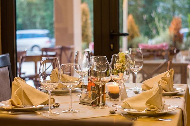 prostřený stůl se sklenkami od vína
