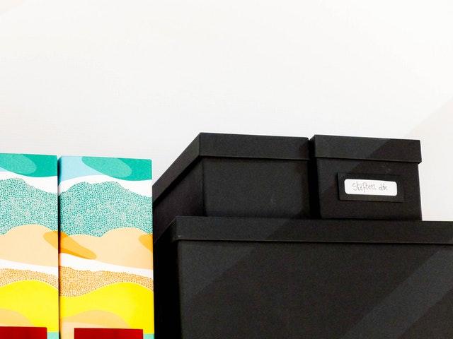 úložné krabice na skříni.jpg