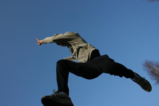 mladík při výskoku na trampolíně.jpg