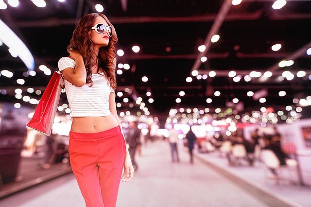 mladá žena s balíčky nákupů