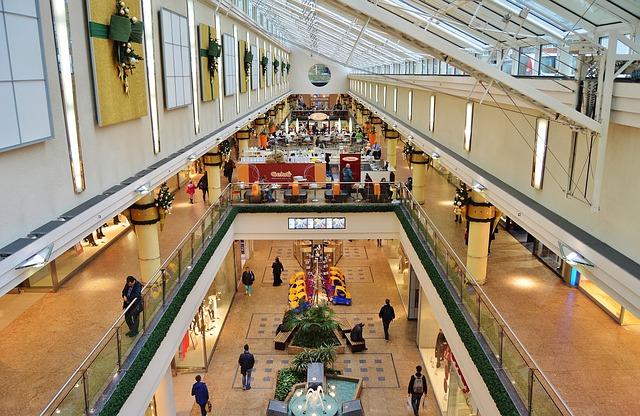 velké nákupní středisko s obchody