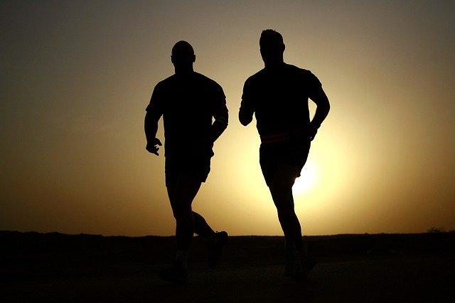 dva běžící muži